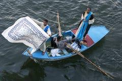 Textielverkopers in hun het roeien boot dichtbij het Esna-Slot op de Rivier Nijl in Egypte stock foto's