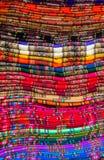 Textil i peruansk marknad arkivfoto