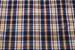 Textilbakgrund i en bur traditionell design av skjortor för man` s royaltyfria foton
