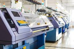 Textilbransch med handarbetemaskiner i fabrik Royaltyfri Foto