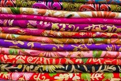 Textilbuntes gestapelt verkaufte im orientalischen Speicher stockfotografie