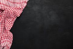 Textile à carreaux de cuisine de plaid rouge sur le fond noir, tableau noir photographie stock libre de droits