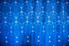 Textile bleu de draperie avec la couronne royale Images stock