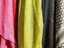 Textile coloré - écharpes de tissu photographie stock libre de droits