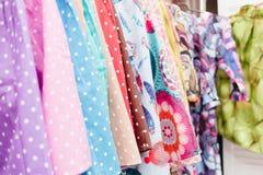 Textile coloré dans un magasin Images libres de droits