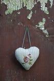 Textile décoratif de coeur de tissu accrochant sur le vieux mur criqué Image libre de droits