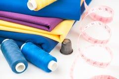 Textile, fil, dé et centimètre colorés Photo stock