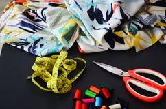 Textile, fil, ruban métrique et ciseaux Photos stock