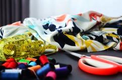Textile, fil, ruban métrique et ciseaux Photo libre de droits