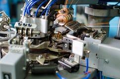 Textile : Machine industrielle de broderie Machines et équipement à une société de rotation de production Photographie stock