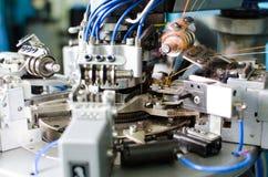 Textile : Machine industrielle de broderie Machines et équipement à une société de rotation de production Photo libre de droits
