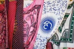Textile multicolore d'écharpe et de pareo avec le modèle authentique à vendre sur le marché grec images stock