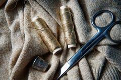 Textile ou tissu de couture Bobine de ciseaux de fil, et tissu d'or Images libres de droits