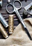 Textile ou tissu de couture Bobine de ciseaux de fil, et tissu d'or Images stock