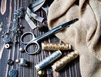 Textile ou tissu de couture Bobine de ciseaux de fil, et tissu d'or Photo libre de droits
