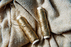 Textile ou tissu de couture Bobine de fil, et tissu d'or Photo stock