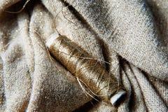 Textile ou tissu de couture Bobine de fil, et tissu d'or Image stock