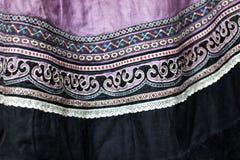 Textile pourpre décoré Fermez-vous vers le haut du tissu traditionnel de robe Ori Image stock