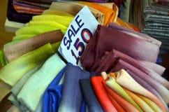 Textile traditionnel sur le marché de la Thaïlande avec le prix d'étiquette Photographie stock libre de droits