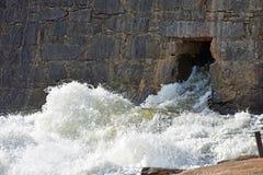 Textilen maler fördämningen fördärvar på den Enoree floden Arkivfoto