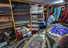 Textilen shoppar i Jerusalem arkivbilder