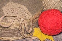 Textilen täckte asken med ett garnnystan och guling spricker ut Royaltyfri Bild