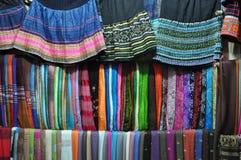 Textiles faits main à vendre sur le marché rural de la PA de SA, Vietnam Image stock