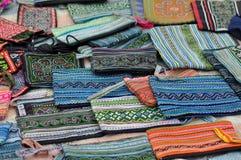 Textiles faits main à vendre sur le marché rural de la PA de SA, Vietnam Image libre de droits