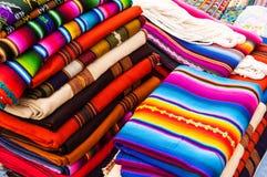 Textiles guatémaltèques tissés sur métiers à main colorés Photographie stock