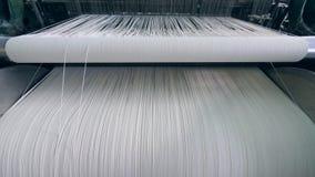 Textilfabrikausr?stung Nähender Webstuhl mit viel von weißen Faden in den Schnüren stock video