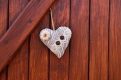 Textilherz auf dem hölzernen wall& x28; Valentine& x27; s-day& x29; lizenzfreie stockfotos