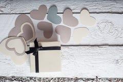 Textilherzen gemacht vom Papier und vom Geschenk in Schwarzweiss-Verpackung Valentinstag Lizenzfreies Stockfoto