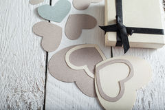 Textilherzen gemacht vom Papier und vom Geschenk in Schwarzweiss-Verpackung Valentinstag Lizenzfreies Stockbild