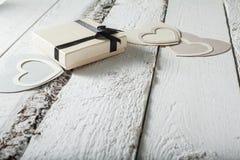 Textilherzen gemacht vom Papier und vom Geschenk in Schwarzweiss-Verpackung Valentinstag Stockfotografie