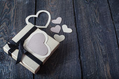 Textilherzen gemacht vom Papier und vom Geschenk in Schwarzweiss-Verpackung Valentinstag Lizenzfreie Stockfotos