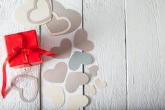 Textilherzen gemacht von Papier- und rotem Geschenkverpackung Valentinstag Lizenzfreie Stockfotos
