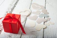 Textilherzen gemacht von Papier- und rotem Geschenkverpackung Valentinstag Lizenzfreies Stockfoto