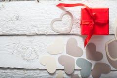 Textilherzen gemacht von Papier- und rotem Geschenkverpackung Valentinstag Stockbilder