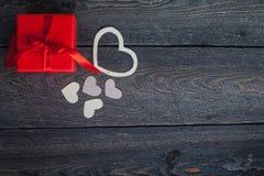 Textilherzen gemacht von Papier- und rotem Geschenkverpackung Valentinstag Stockbild