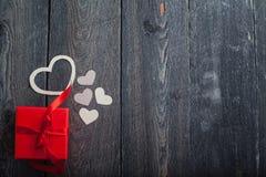 Textilherzen gemacht von Papier- und rotem Geschenkverpackung Valentinstag Lizenzfreie Stockbilder