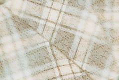 Textilhintergrund in der Weinleseart -- Flanell, Baumwolle in die klassische Zelle und selbst gemachte gestrickte Spitze der Wein lizenzfreie stockfotografie
