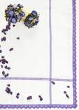 Textilhintergrund mit purpurroten Blumen Stockbild