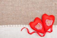 Textilhjärtor, band och linnetorkduk på säckväven Royaltyfria Bilder