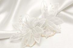 Textilhochzeitshintergrund mit Perlen Stockbild