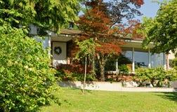 Textilienhändler Island, Washington, Vereinigte Staaten Haus in blühendem Garten Lizenzfreie Stockfotos
