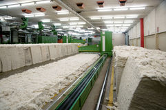 Textilindustrie - kardierende Abteilung Stockfoto