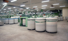 Textilindustrie - kardierende Abteilung Stockbilder