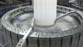Textilindustrie - spinnen Sie Spulen auf Spinnmaschine stock video footage