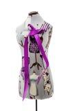 Textilmannequin mit dem lila Bogen lokalisiert auf weißem Hintergrund Lizenzfreies Stockfoto