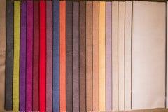 Textilproben von verschiedenen Farben für die Auswahl der Möbelpolsterung lizenzfreie stockfotos
